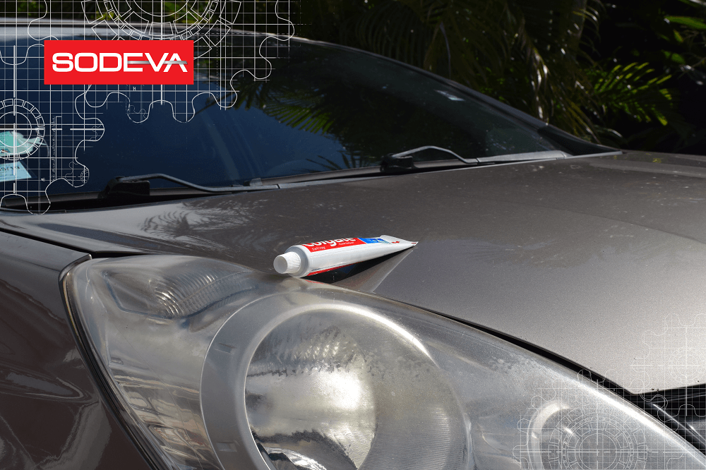 Dentifrice pour nettoyer les phares d'une voiture