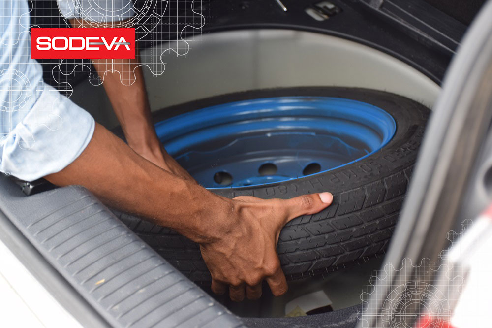 Roue de secours dans le coffre de la voiture