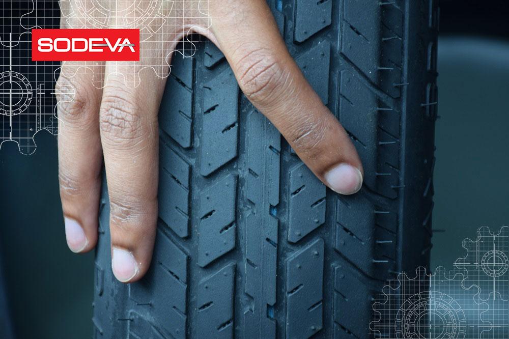 main sur un pneu