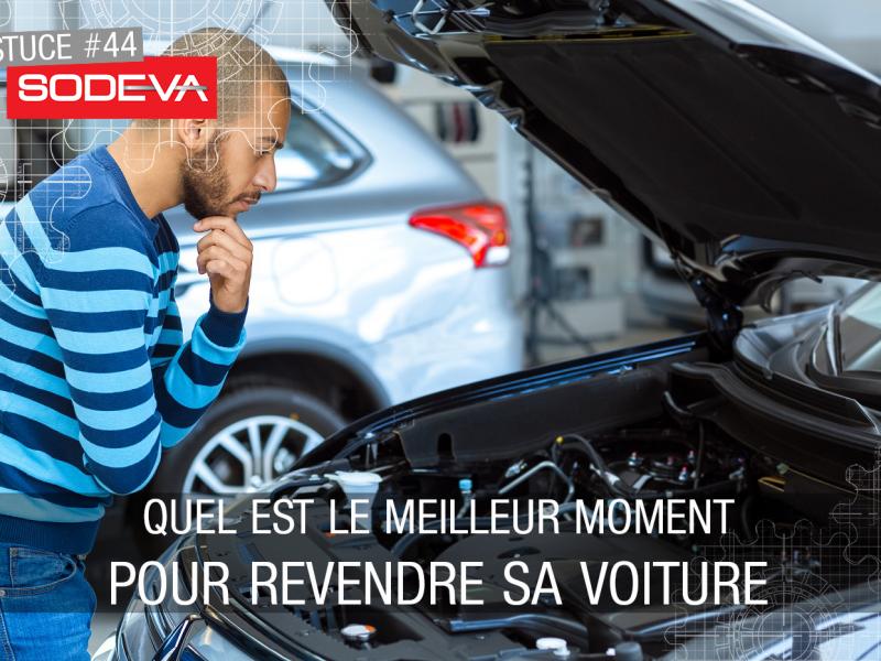 Automobiliste inspecte les pièces de sa voiture